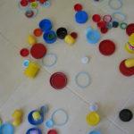Jugando con tapas recicladas